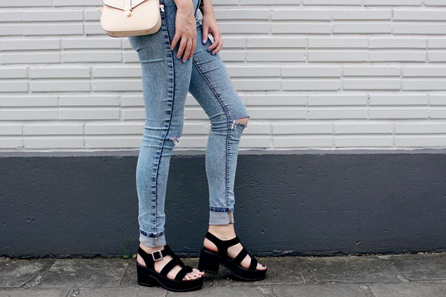 look jaqueta holográfica sandália sola tratorada cropped calça skinny joelho rasgado 2.jpg